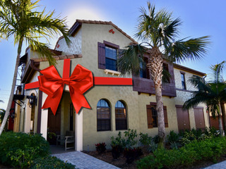 Yes friends, the holidays are here again, and it's the perfect time for ... house hunting!