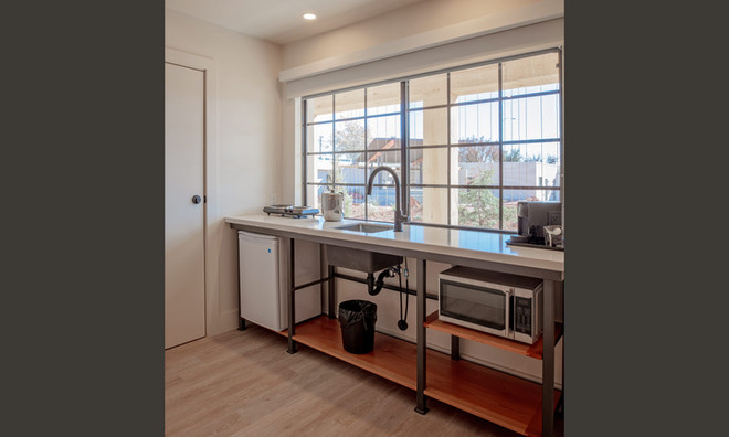 King Suite: Kitchenette with mini fridge, microwave, hot plate