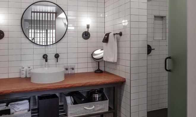 Standard Room: Standard bathroom