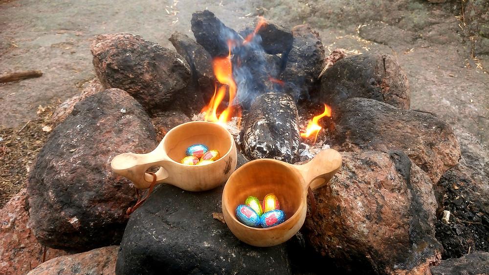 Pääsiäismunia kuksassa nuotiolla