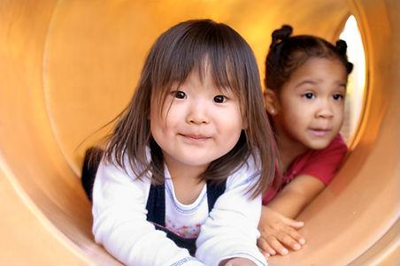 Enfants dans un tunnel - ateliers éveil - Butterfly Cocoon