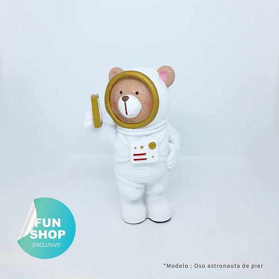 Oso astronauta de pie