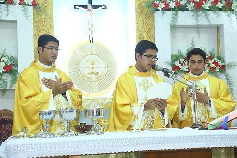 prêtre messe célébration eucharistique