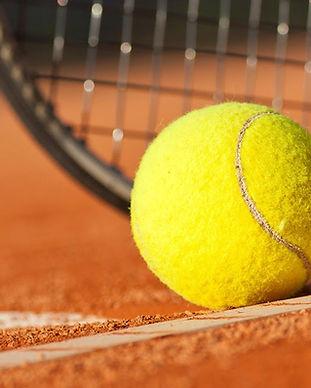 Tennisball dahinter ein Schläger.jpg
