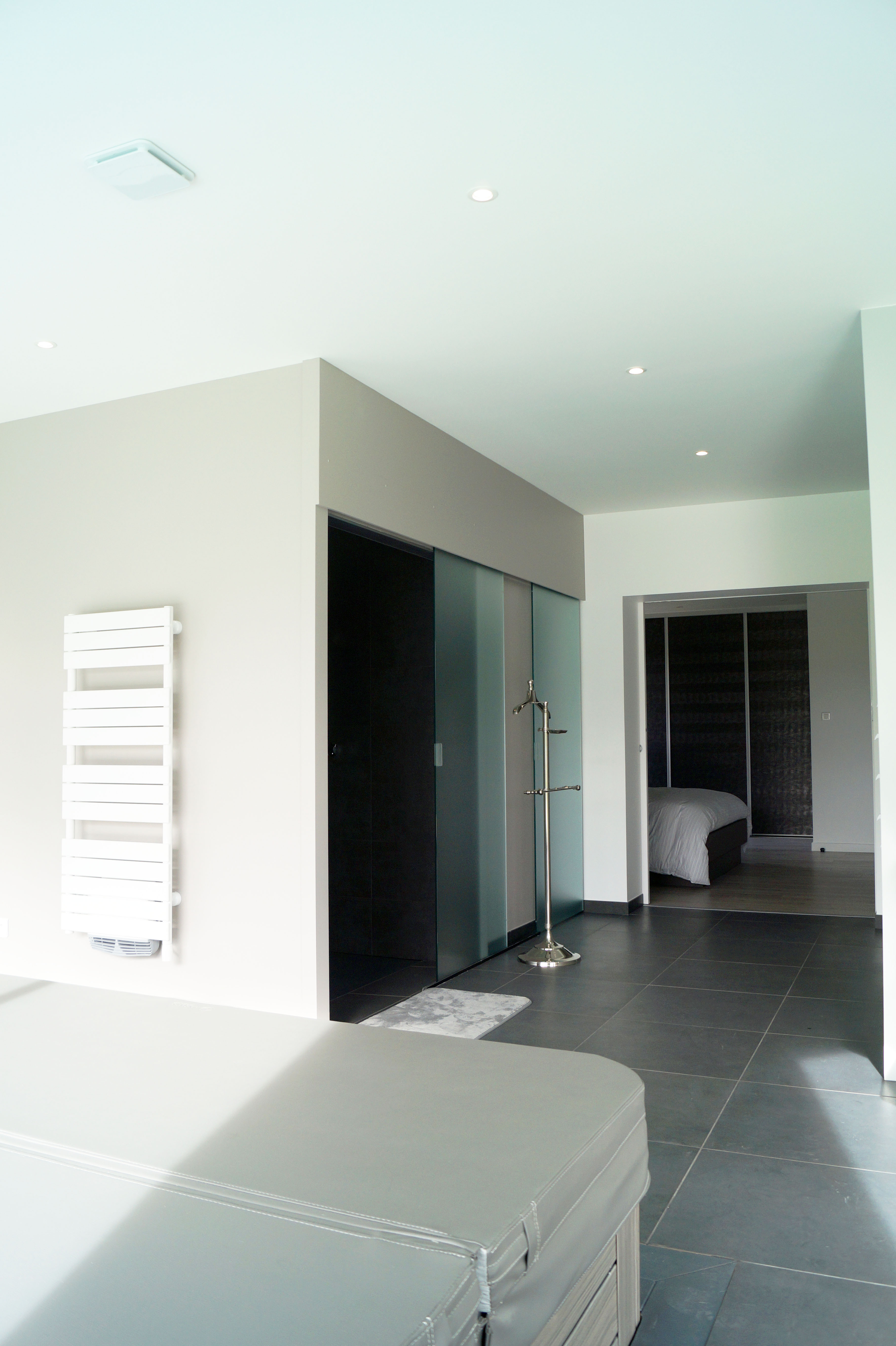 Salle d'eau ouverte sur spa
