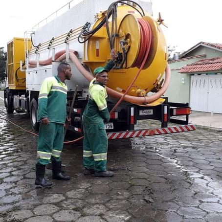 Bairros atingidos pelas enchentes recebem serviços de manutenção