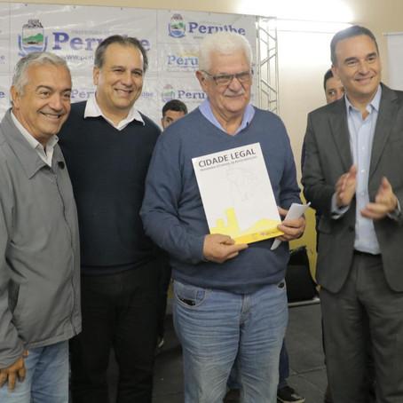 Prefeitura e Estado entregam 124 títulos de propriedade na Vila dos Prados