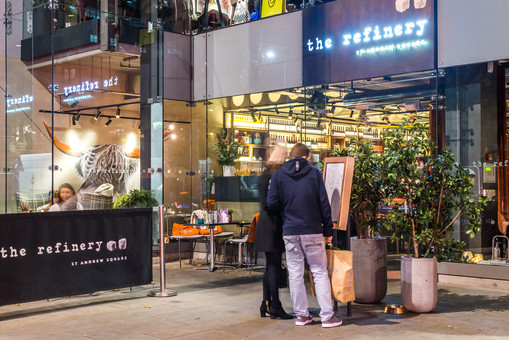The-Refinery-Edinburgh-night-photography-diners-pedestrians