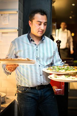 La-Favorita-waiter-serving-pizza-restaurant-photographer