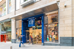 Gap-store-glasgow-shop-front-inside-lights-people-walking-retail-photographer