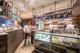 La-Favorita-Edinburgh-staff-making-drinks-behind-bar-restaurant-photographer