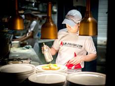 La-Favorita-chef-making-pizza-under-lamp-restaurant-photographer