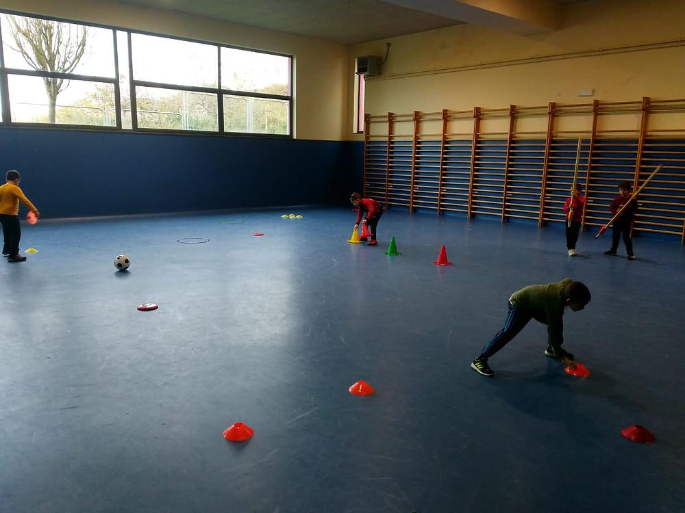 Niños lalinenses en edad escolar,  practicando deporte sin que esto afecte a su rendimiento académico