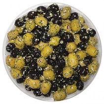 schwarze und grüne Oliven ohne Stein in Knoblauch und Kräuter
