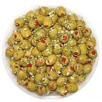 grüne Oliven gefüllt mit Paprika in Kräuter und Knoblauch