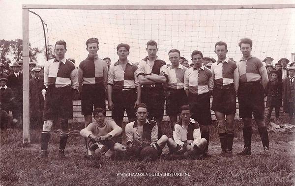 Foto-LF-16-HDV-1-is-medio-1925-kampioen-geworden-van-de-Haagse-Voetbalbond.-Staand-2e-van-