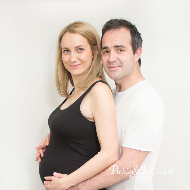 pregnancy-session-mum-dad-hugging.jpg