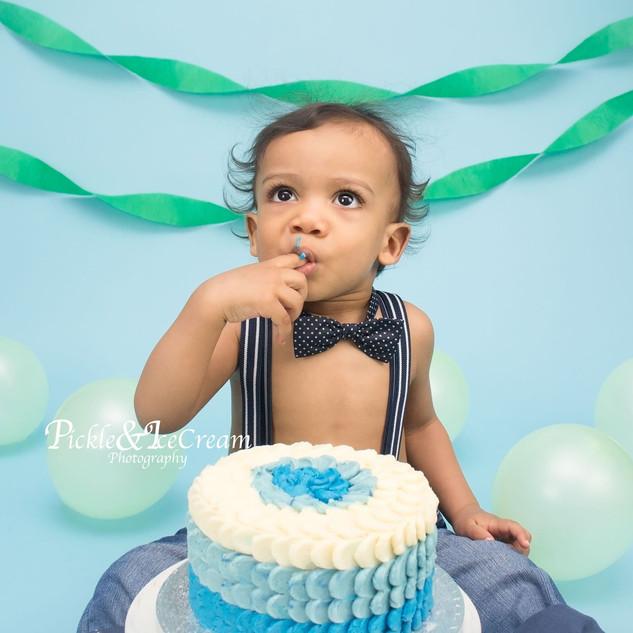 blue-cakesmash-bow-tie-ballons.jpg