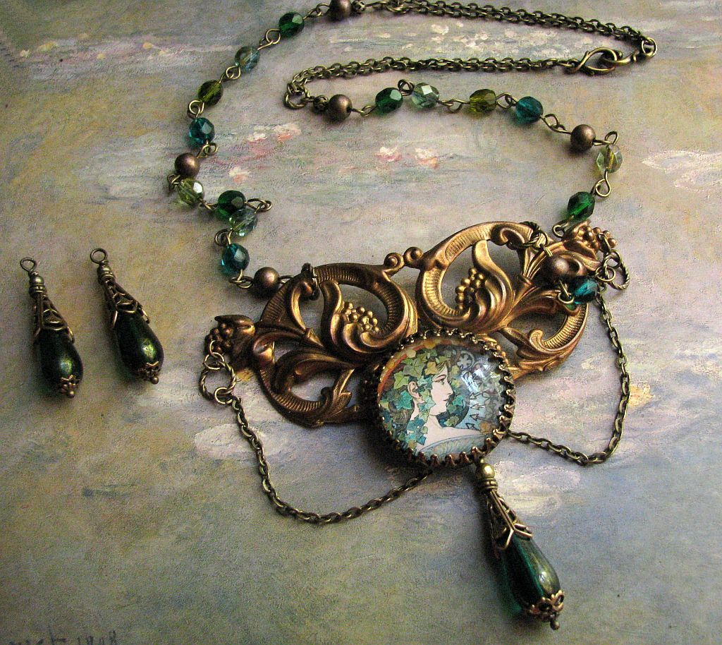 Mucha Ivy Necklace Set