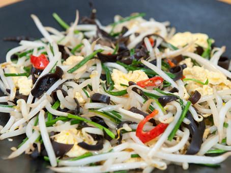 Sauté de pousses de soja et champignons noirs