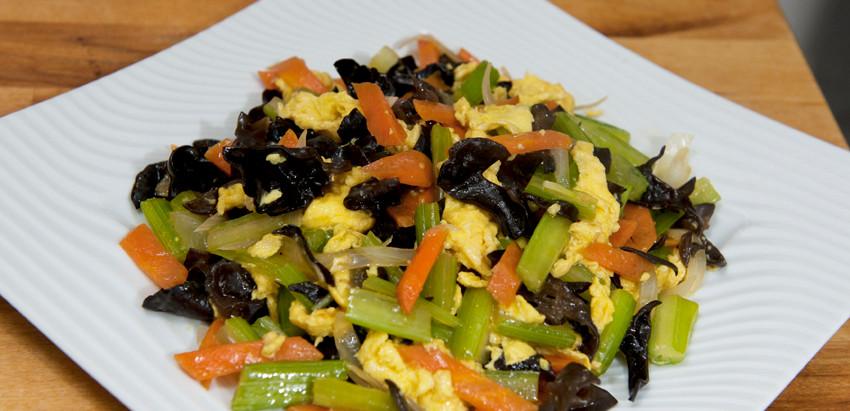 Sauté de céleri aux légumes et oeufs