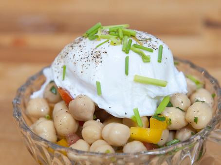 Salade de pois chiches et œufs pochés