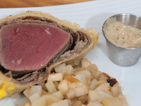 Rôti de boeuf en croute et son accompagnement gratin de pommes de terre et pommes fruit