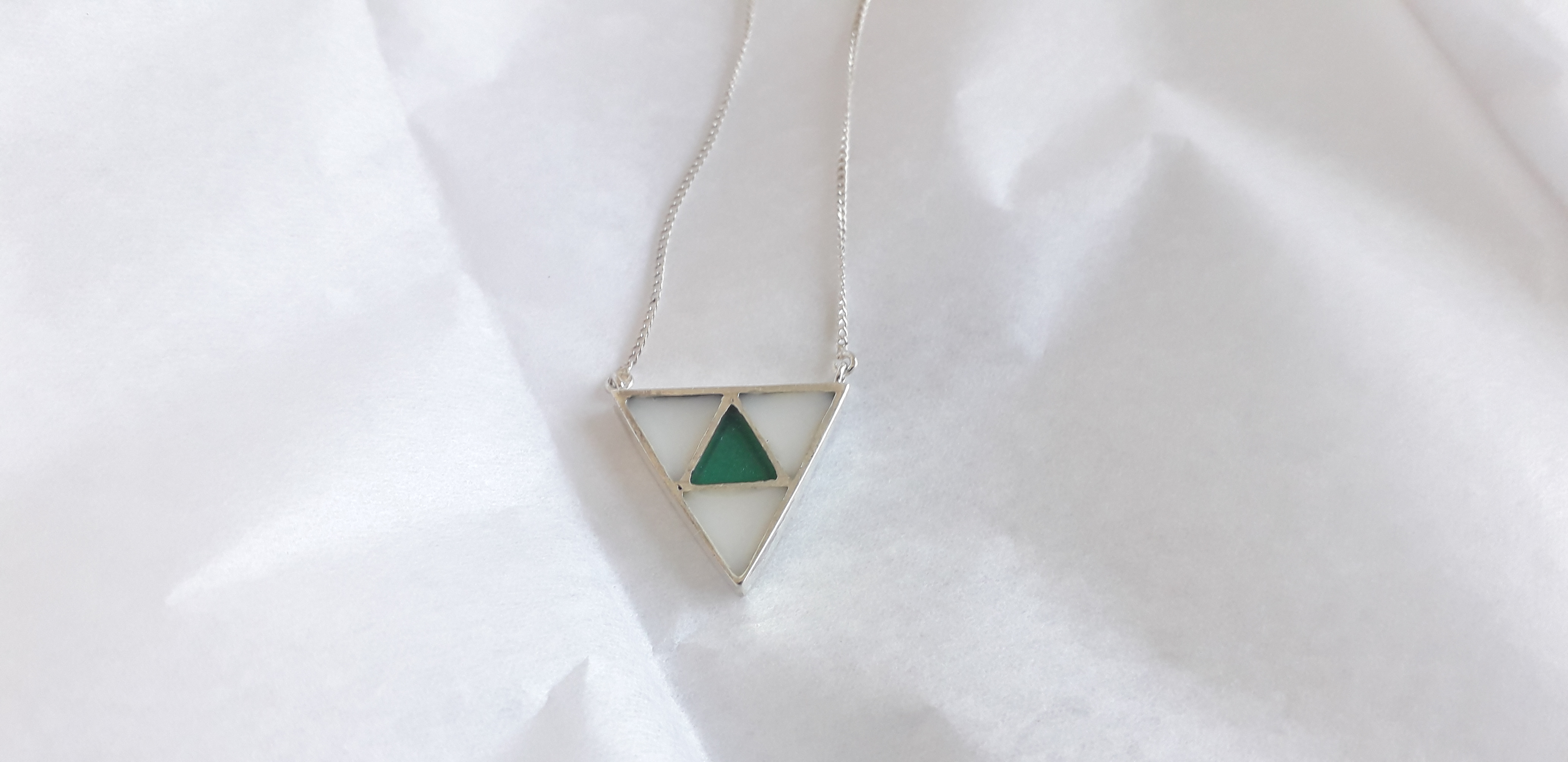Triangulo leche y color esmeralda