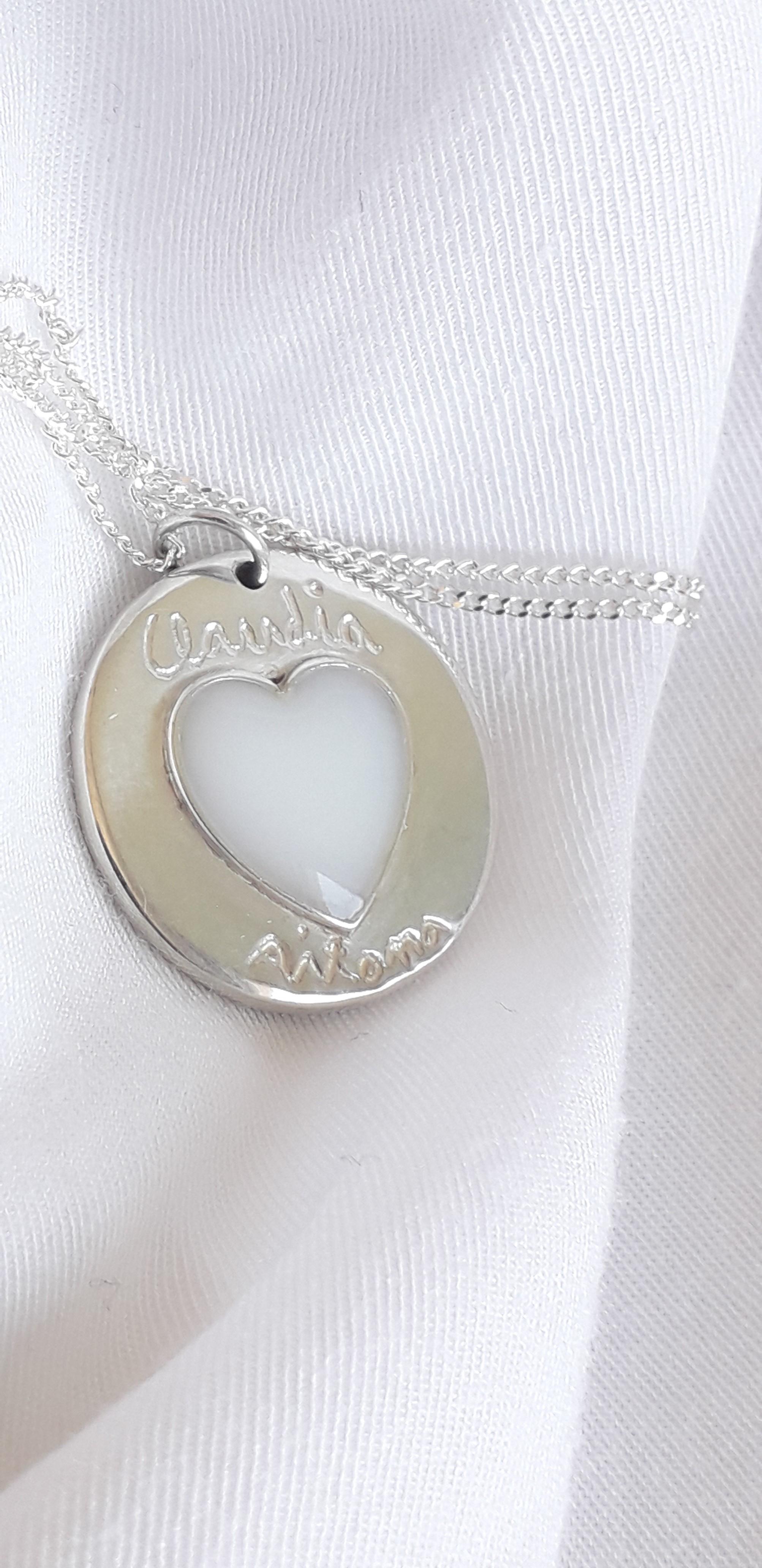 Círculo con corazón de lleche grabado