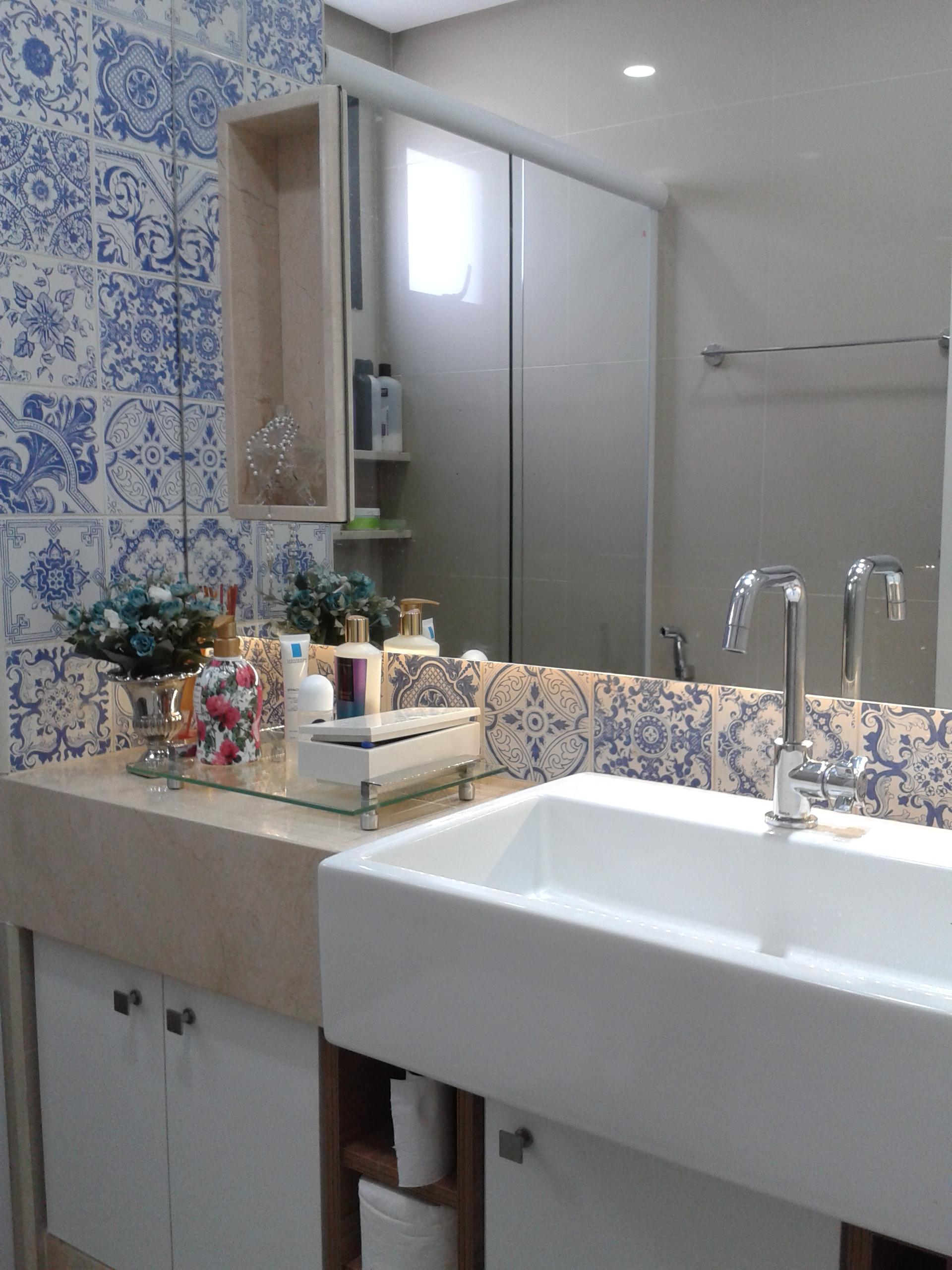Banheiro com azulejo azul