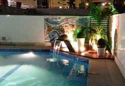 Fonte e piscina iluminada