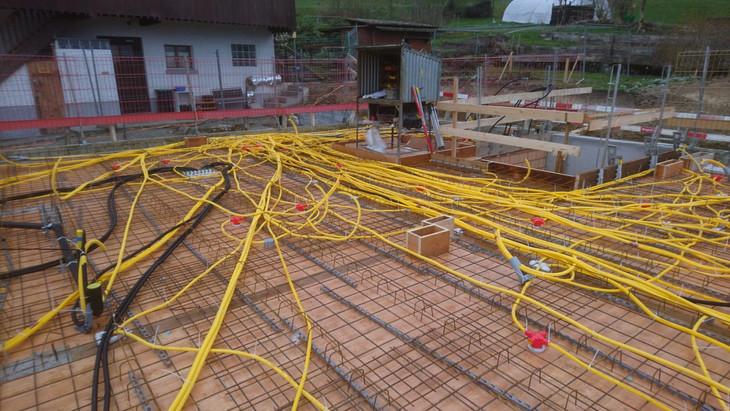 Stromleitungen werden in die Decke gelegt