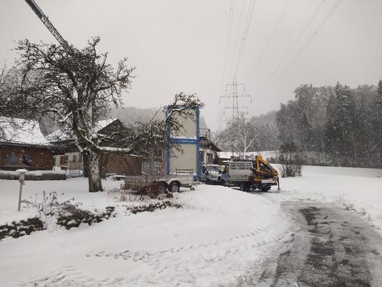 Die Baustelle ist vollkommen verschneit