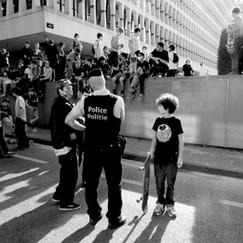 Op de autovrije zondag in Brussel sprongen skaters van dit verhoog tot grote vreugde van iedereen. Om begrijpelijke redenen kwam de politie tussen. Er werd een beetje teveel bezit van de stad genomen en in corona-tijden kan en mag zoiets niet.  Noah was één van de beste en populairste jumpers. Hij vroeg nog mooi of ze toch niet verder mochten springen.    Politieagent zijn is niet altijd je hart volgen.  ________________________   Noah was one of the most succesfull scate jumpers.   After a half an hour, the police ended this spontaneous trial.  Noah wondered why they could not go on.   In these corona-times, even for policemen it is difficult to say no.