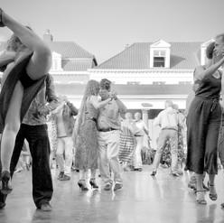 Aan de Vismarkt in Brugge worden regelmatig tango sessies gehouden.  Discreet houden de deelnemers hun verlangens onder controle want tango dansen is het vertikale voorspel van de horizontale genoegens.   Af en toe is er wel eentje die de haar gevoelens sierlijk loslaat op haar partner om dan met haar rechterbeen te landen tussen de brede pijpen van zijn broek.  De locatie zit goed, enkel de geur van verse vis ontbreekt.