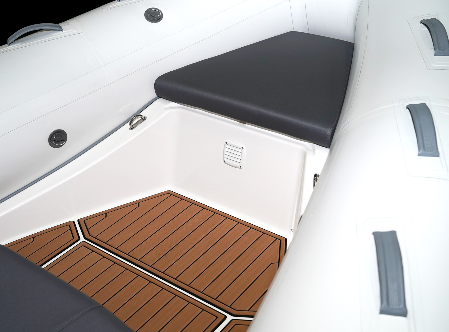BRIG Navigator 485 bow section