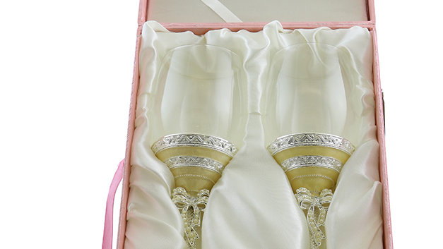 PAIR OF WINE GLASSES, PERL WITH BOW