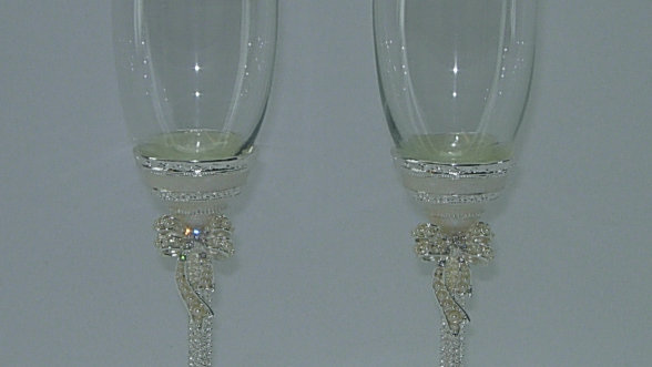 PAIR OF FLUTE GLASSES, PERL WITH BOW