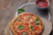 Pizza aux tomates fraîches au basilic