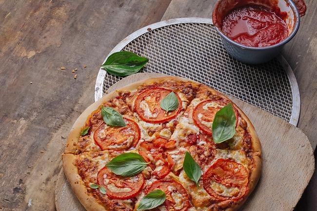 Frische Tomaten Pizza mit Basilikum