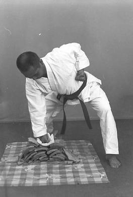 1968 Photo of Taika Seiyu Oyata breaking Tiles