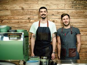 Doi prieteni şi-au deschis o cafenea de 12 metri pătraţi în nordul Bucureştiului şi vând cafea la pr