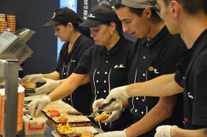 Unii angajati din HORECA nu mai platesc impozit pe venit de 16%