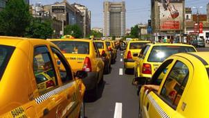 Speriați de comportamentul taximetriștilor cu turiștii străini, hotelierii vor să le pună pe mașini