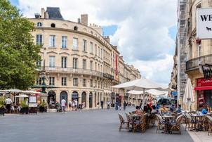 Premieră în România: spaţii de parcare transformate în terase pentru a ajuta industria HORECA