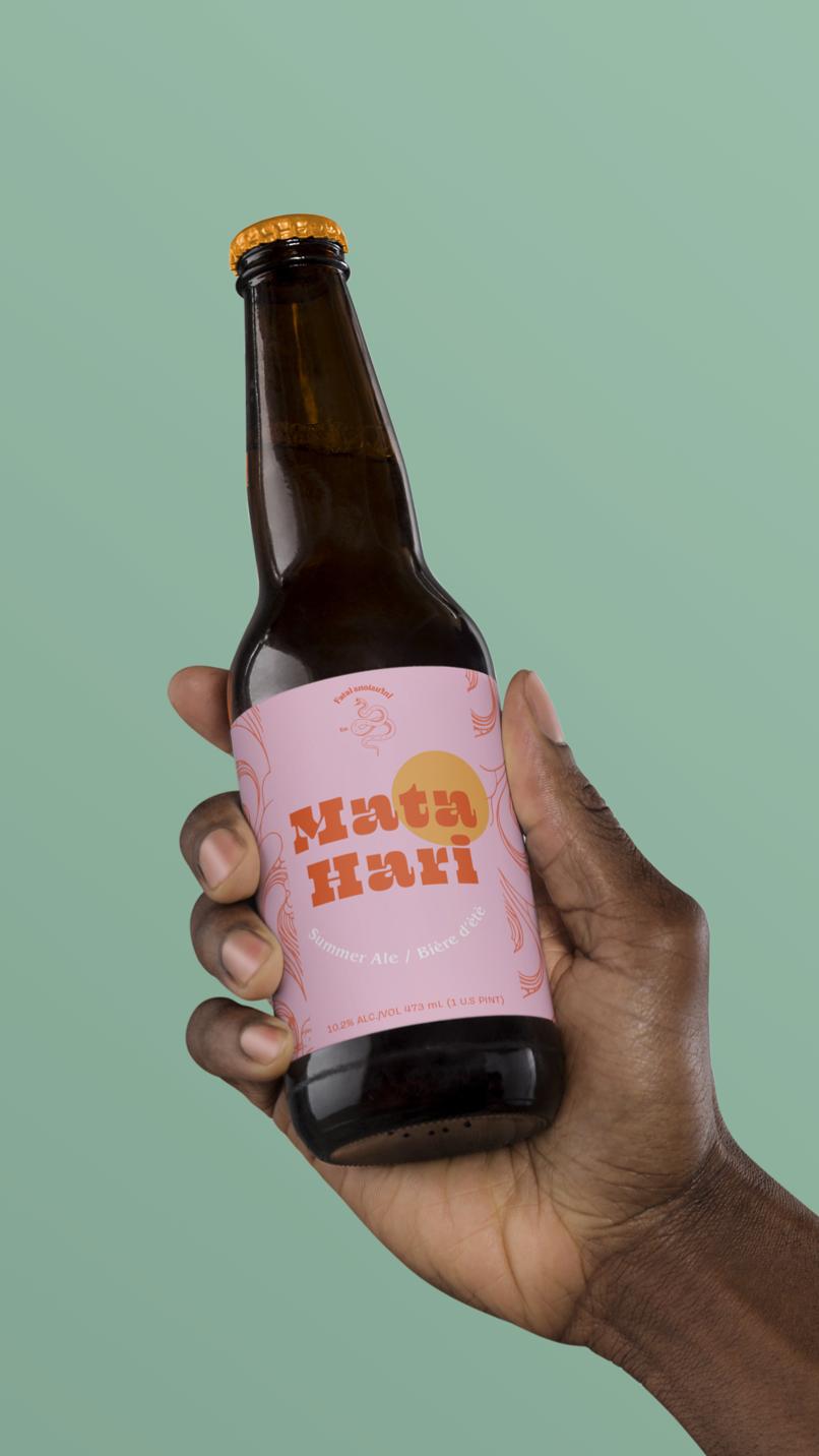 Hand-Holding-Beer-Mockup_low editado
