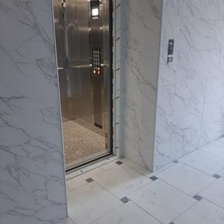 Вхідна група біля ліфта.jpg