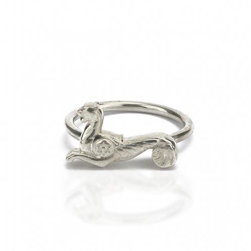 """Ring in 935/- Silber/ rhodiniert """"geflügelte Löwin"""""""