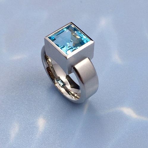 Ring in 935er Silber/ rhodiniert mit Blautopas, RW 57