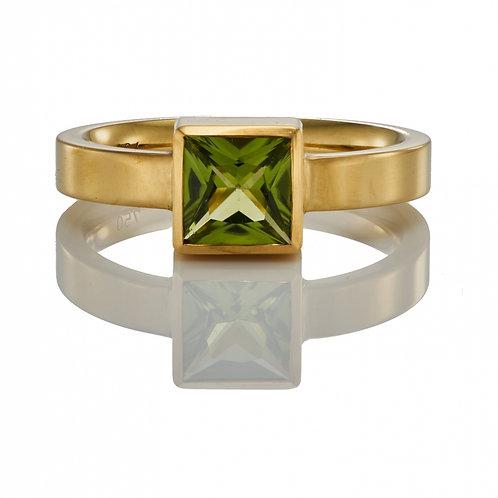 Ring in 750/- Gelbgold mit Peridot, RW 53,25